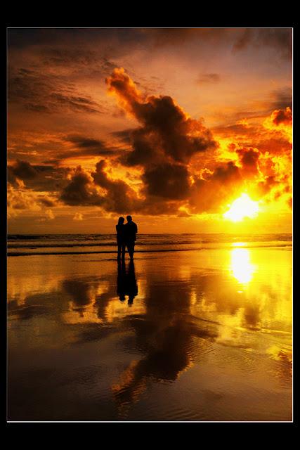 Indah alun bersorak riah Membuncah merdu kidungkan rasa Agungkan sebuah nama di lubuk sanubari Nan terbingkai mesra dengan warna pelangi  Dan seiring hangat hembusan sembayu Ku terbawa lentungkan mega asmara Menari-nari di alam kebiruan hati Luapkan kata putih cemerlang Akan hiasi istana jiwa nan tercinta Segenap rasa kemilau bertebaran Tuangkan selaut manis madu cinta Di ketandusan rongga telaga hati Nan telah kering tiada mengarungi Engkau rembulan merah jambu Jadilah saksi bisu dari aura cinta ini Yang saat ini,sedang terpikat erat Oleh sosok jati dirinya Hati nan terasa damai dalam bahagianya Kala menatap ia tersenyum indah Berpijar semaikan tasbih Menyambut hadirku dengan kenyamanan jiwa Ku berharap dalam kemetahan Semoga aliran deras aura cintaku padanya Akan selamanya tertampung Kokoh di dermaga hati jiwanya.  Karya: Tangkai Tak Berdaun