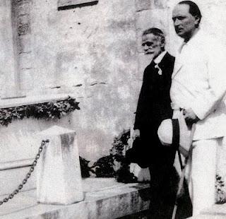 Ο Παλαμάς και ο Σικελιανός στον τάφο του Βαλαωρίτη, Λευκάδα 1925.