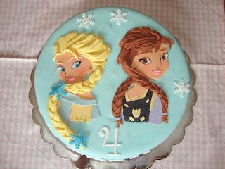 Vista cenital tarta Elsa y Anna en plano de fondant