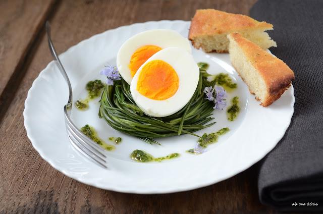 nidi-di-agretti-con-uova-e-salsa-di-capperi-e-acciughe