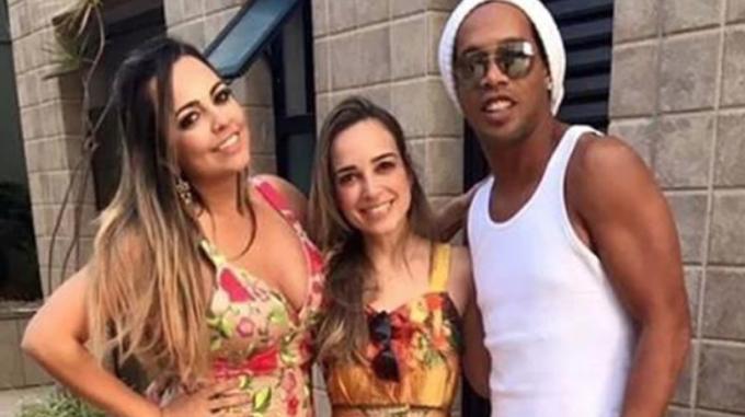 Ronaldinho se casará con dos jevas al mismo tiempo