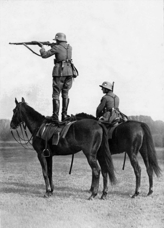 Soldados alemanes apuntan desde la espalda de los caballos, 1935.