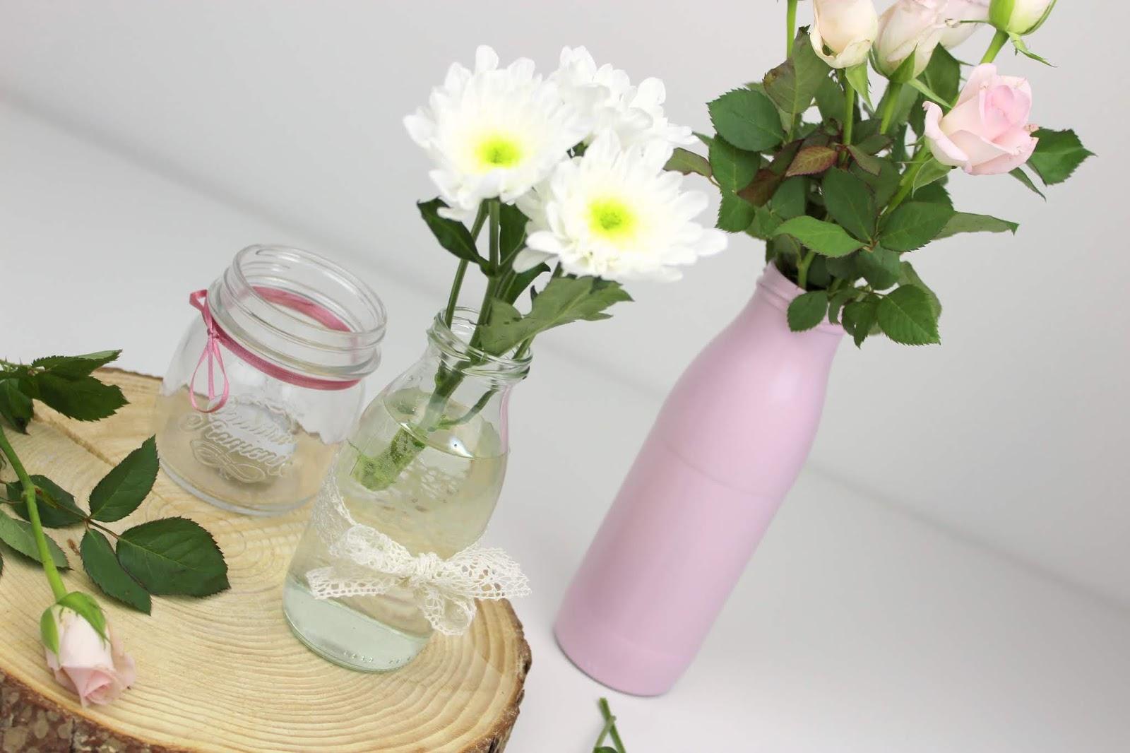 DIY selbstgemachte, günstige Tischdeko aus Milchflaschen - geniale Recycling Bastelidee