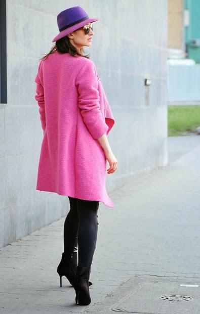 streetstyle, moda damska, kobiety, jak nosic, amarantowy plaszcz na wiosne, skorzane spodnie
