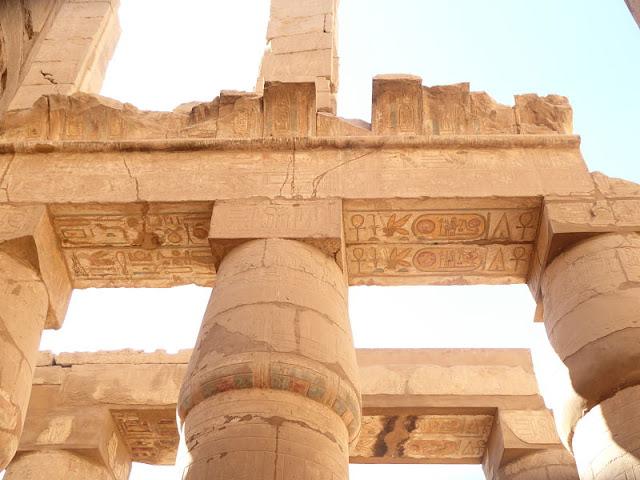 geroglifici sulle colonne nel tempio di karnak