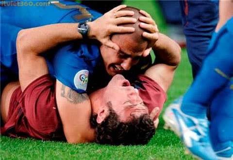 hình ảnh hài hước trong bóng đá, anh hai huoc, hôn nhau