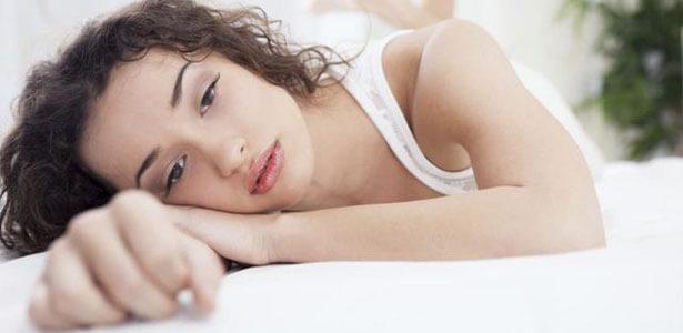 Mujer deprimida en la cama recuperándose después de una infidelidad