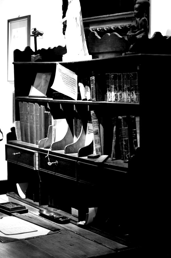 Blog + Fotografie | fim.works | Nachtansichten Bielefeld | Anstalt Bethel | Ausstellung BroSa | antiker Schreibplatz, Sekretär