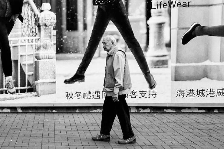 contoh gambar karya fotografi hitam putih fotografer teknik cara memotret jenis macam kamera genre style bagus keren menarik arti makna street stage portrait human interest photography komunitas angle bagus komposisi pencahayaan ruang positif negatif lighting siluet bayangan