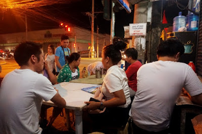 At 10 pm, people start to flock to the bakagan stall