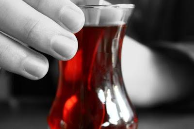Çay bardağı neden ince bellidir?, Çay bardağı şekli, Çay bardağı neye benzer, çay bardağının laleyle benzerliği, çay bardağı ve lale, çay bardağı tutuşu