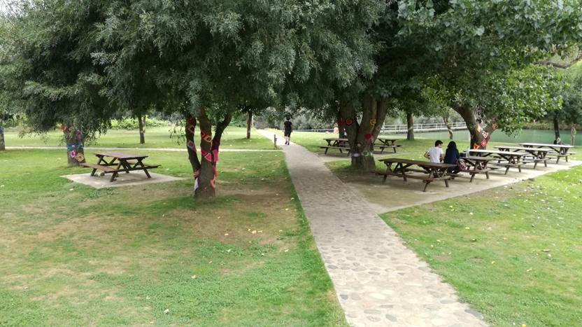 Parque de Merendas com mesas de madeira