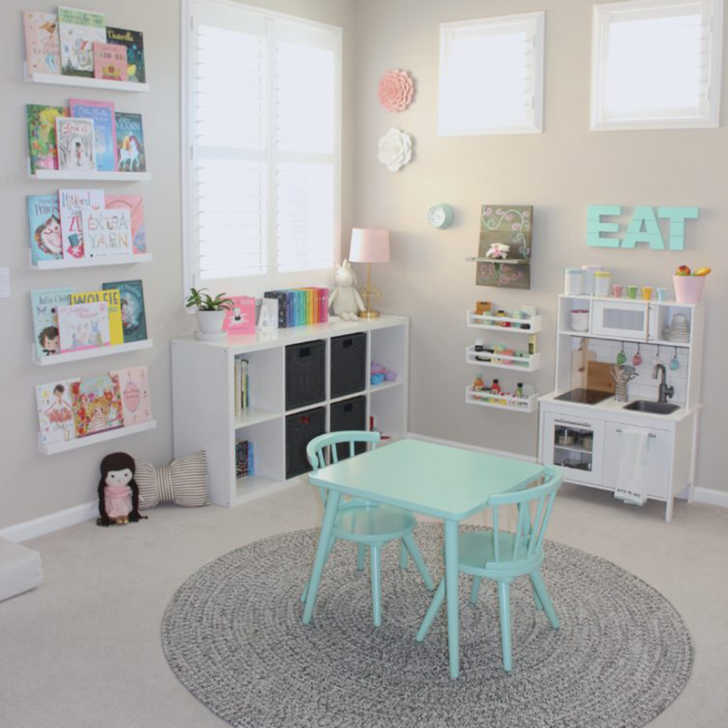Una coqueta play room gris y mint