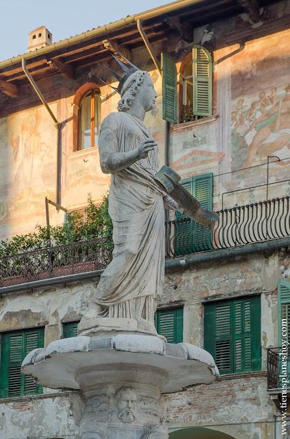 Piazza delle Erbe Madonna Verona viaje Italia