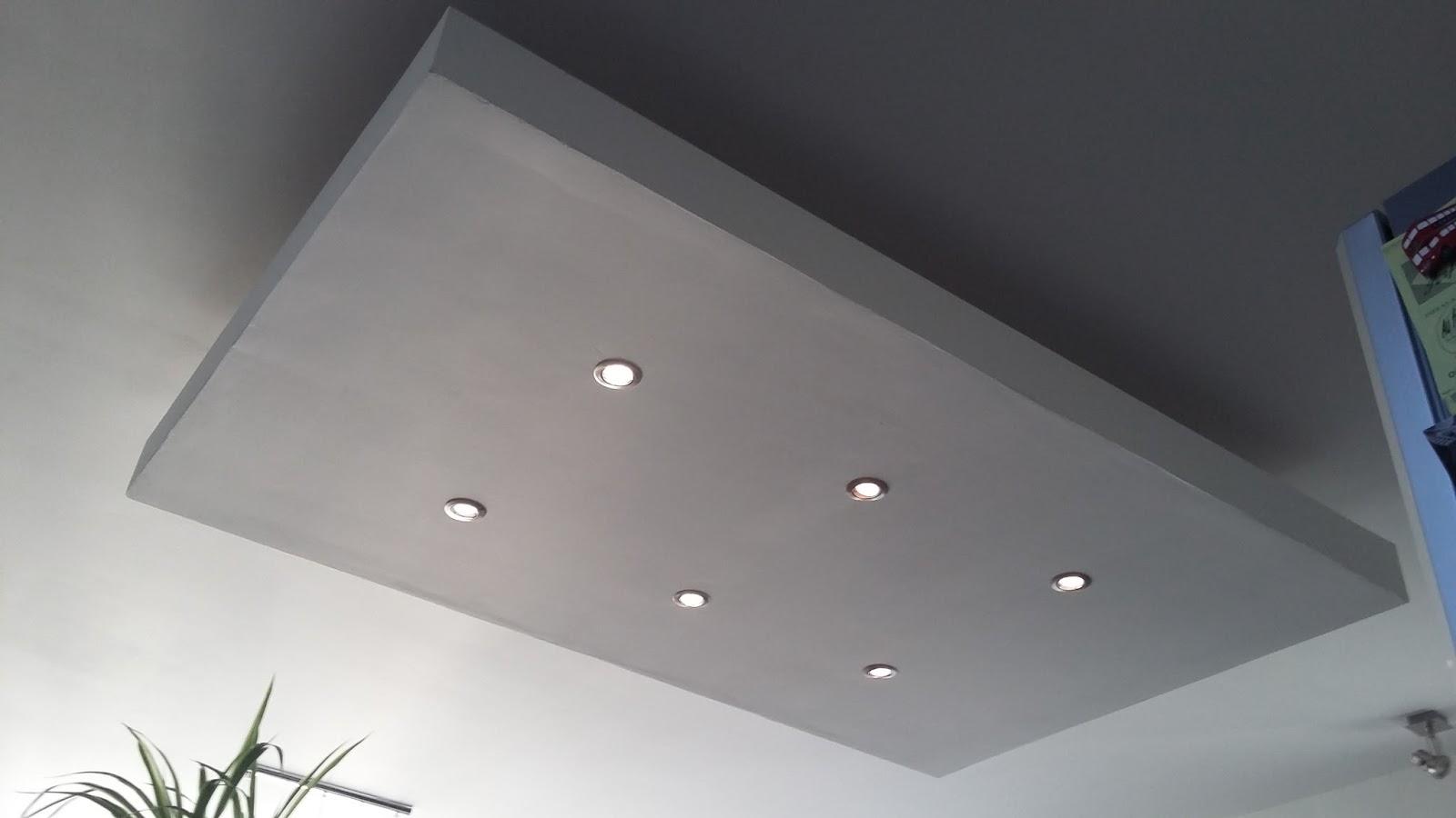 installez l'éclairage de plafond de baisse