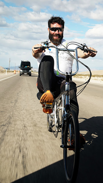 Bilzerian cumplió reto en bicicleta y gano 1.2 millones