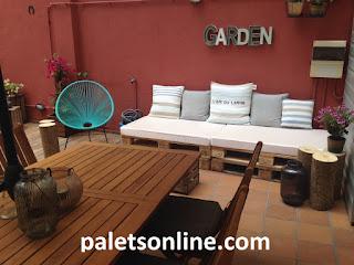 Sofá de europalets y colchón en blanco Paletsonline.com