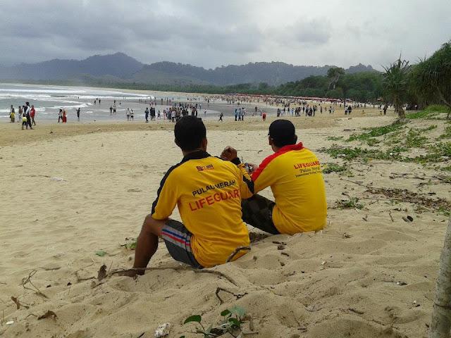 Lifeguard di pantai Pulau Merah, Banyuwangi.