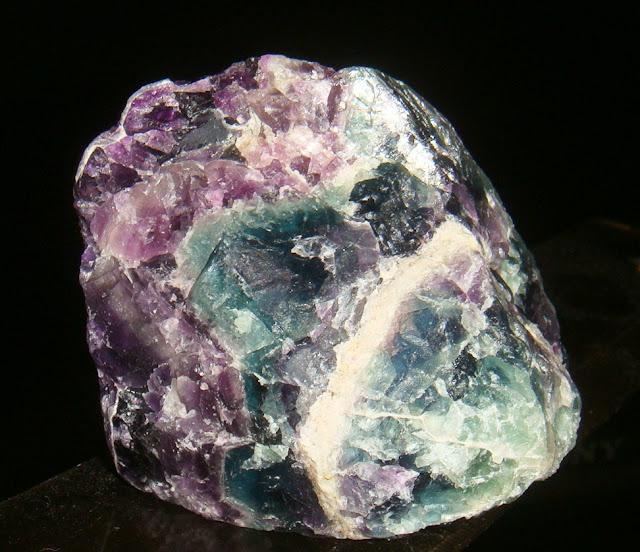 Флюорит обладает свойством флюоресценции.
