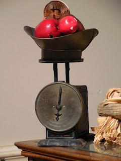 Bitcoin sobre una balanza con manzanas