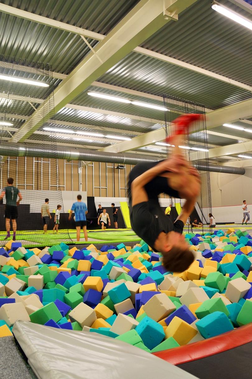 jump arena, fit, lifestyle, akrobatyka, salto, sobotni wieczór, znajomi, rodzina, wypad, decathlon, nike, adidas, sport, park trampolin, trampoliny,