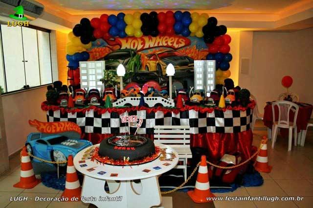 Decoração de mesa de aniversário - Festa infantil masculina tradicional forrada de tecido tema Hot Wheels