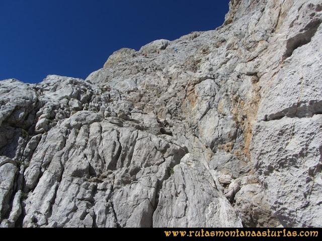 Ruta Cabrones, Torrecerredo, Dobresengos, Caín: bajando la torre del Torrecerredo