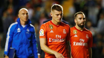 Kroos e Carvajal saem cabisbaixos na derrota do Real Madrid para o Rao Vallecano (Foto: REUTERS/Javier Barbancho)