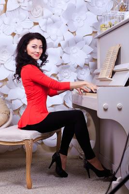 ukrainische Frau Marina auf PArtnersuche / am Klaviar
