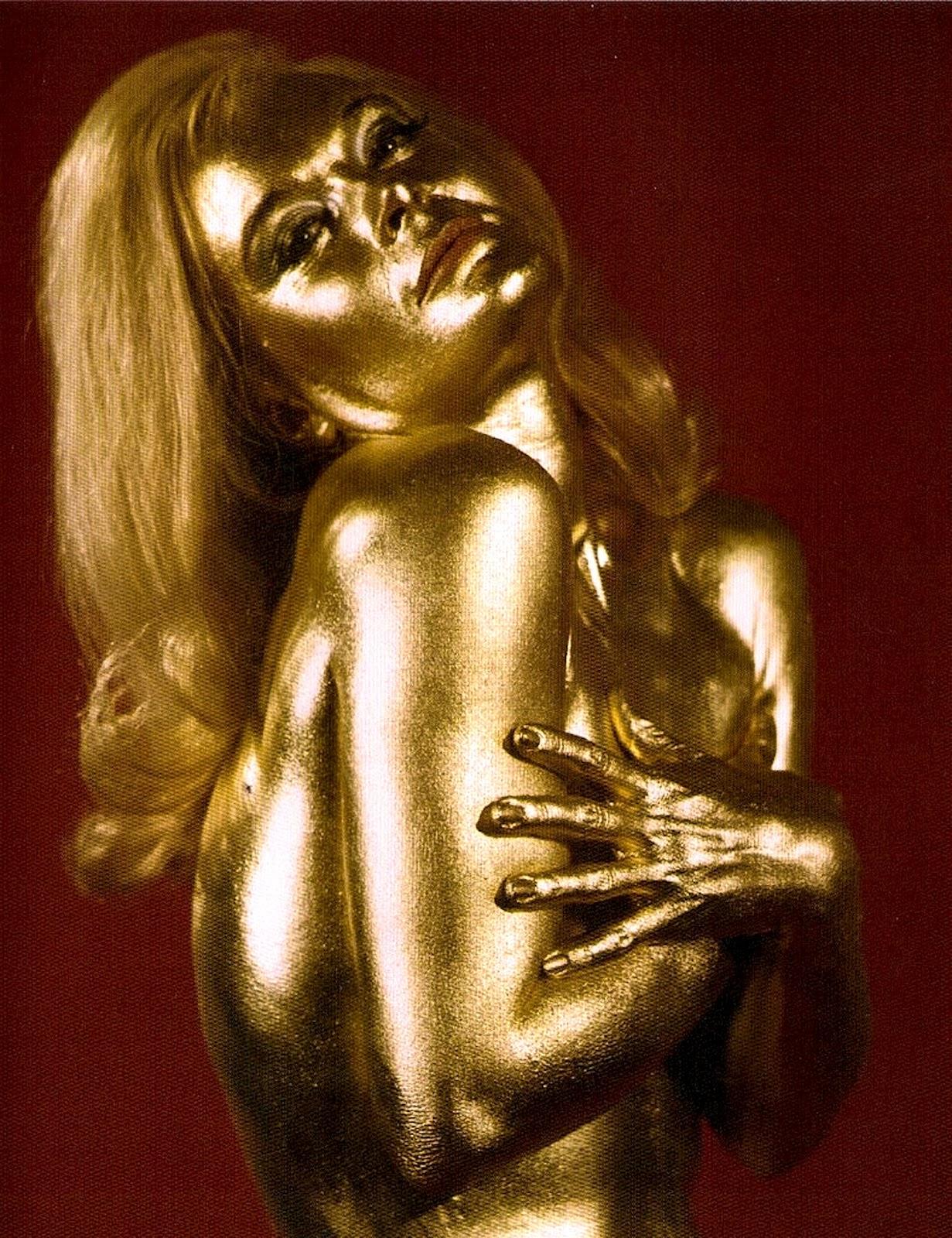 Бодиарт девушка полностью в золотой краске