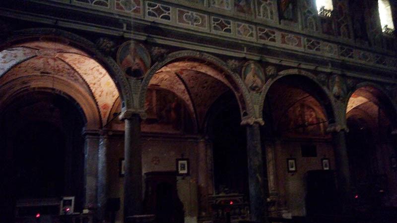 Arcadas da nave central da Abadia de Farfa, guia em português