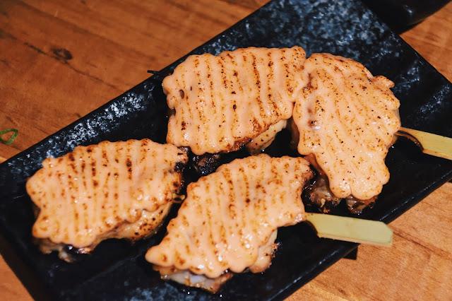 另一值得推薦的還有明太子雞翅,烤得軟嫩恰到好處,那一抹明太子醬,有著美乃滋的滑順醇厚加持,組合起來吃得令人允指回味極了!