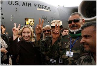Χαμογελώντας αυτάρεσκα στη Λιβύη