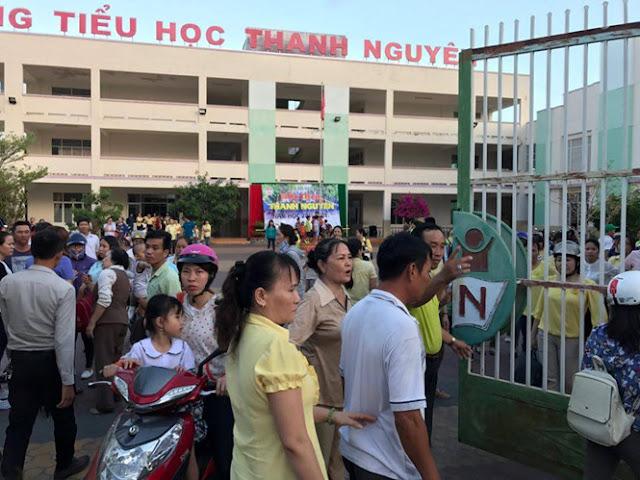 Còng tay chủ Trường Mầm non - Tiểu học Thanh Nguyên trước mặt học sinh