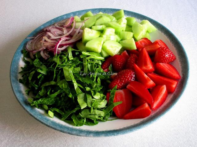 Ensalada de espinacas con pepinos y fresas