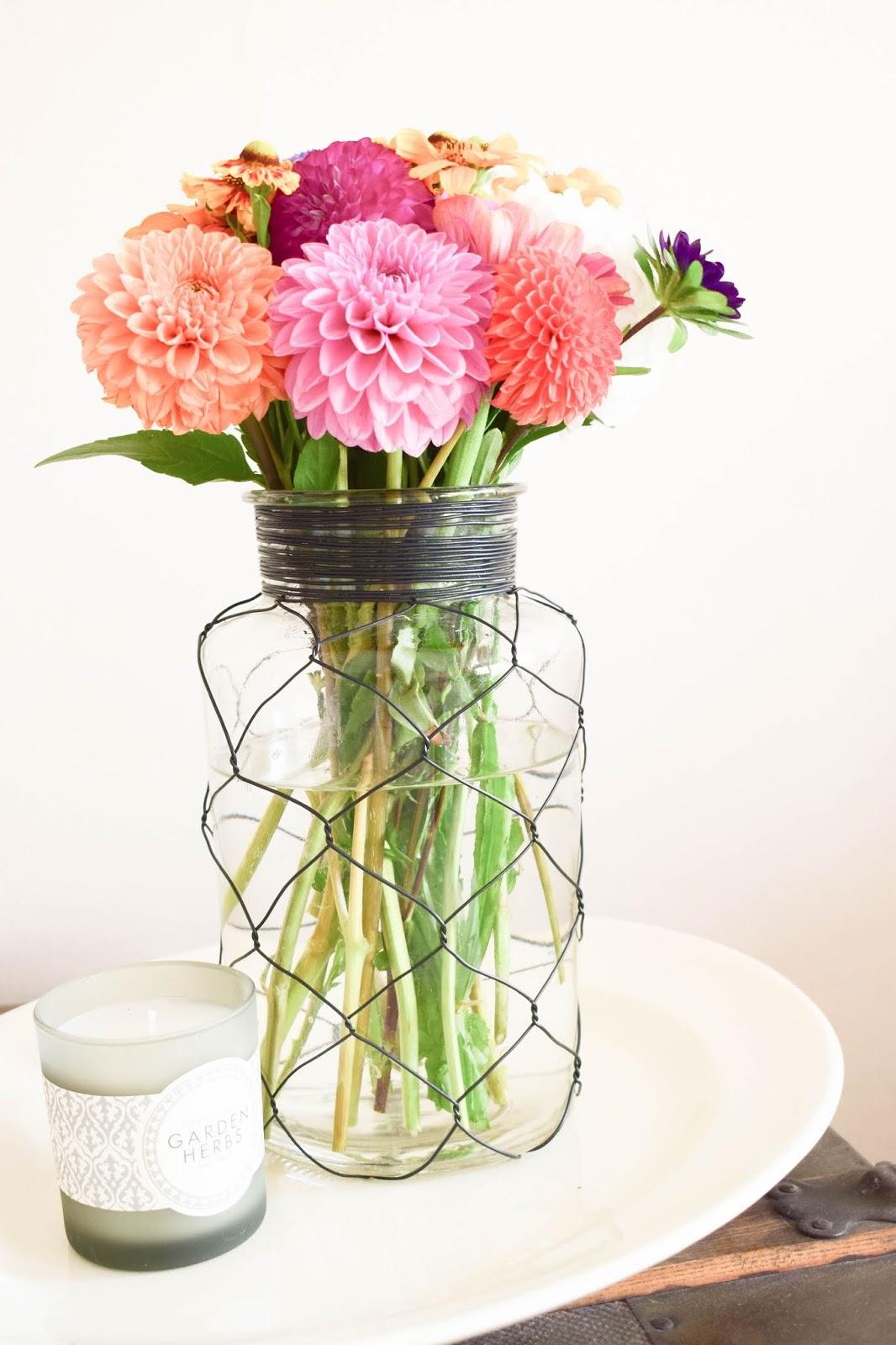 Blumenstrauss für den Sommer: Dahlien und tollen Blüten. Dekoidee mit Blumen