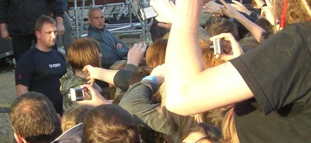 Liam Gallagher saludando al público en el Festival Papillons de Nuit 2011