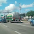 Forças de segurança escoltam caminhões para garantir abastecimento de combustível