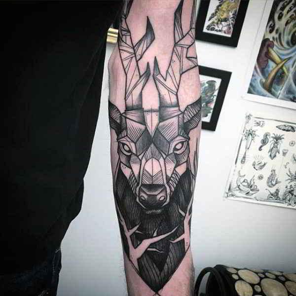 Tatuaje de ciervo geométrico en el antebrazo de un chico