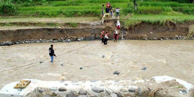 Jembatan Hanyut di Terjang Banjir Bandang, Warga Mempertaruhkan Nyawa Untuk Menyebrangi Sungai