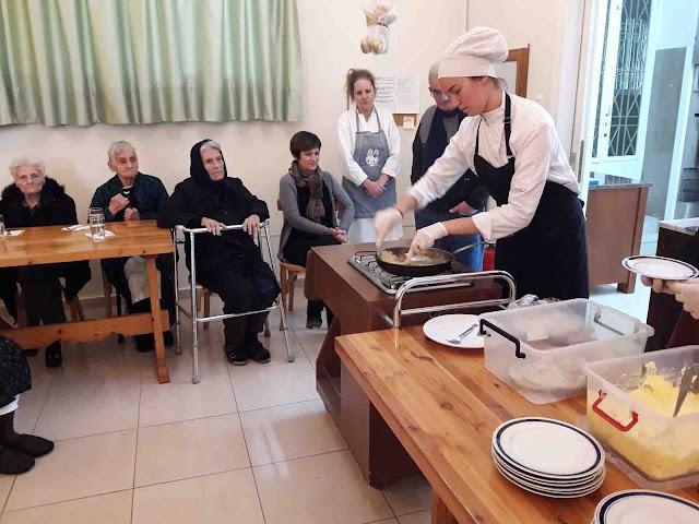 """Οι σπουδαστές της Τουριστικής Σχολής """"γλύκαναν"""" τους τρόφιμους στο Γηροκομείο Άργους"""