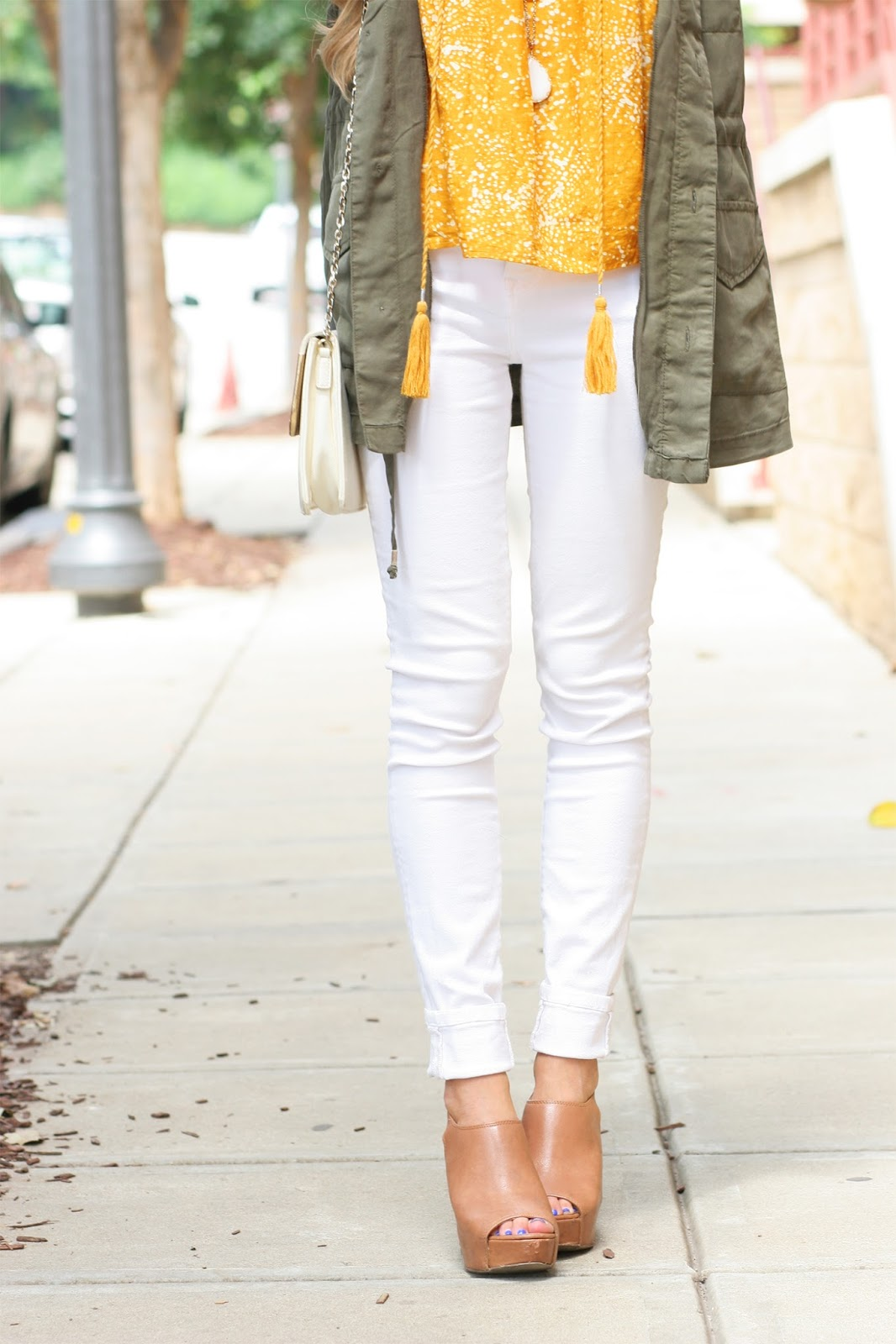 Perfect-white-stretch-skinny-jeans-with-military-jacket