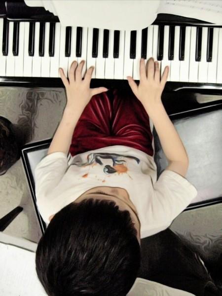 Kết quả hình ảnh cho CHO CON HỌC PIANO