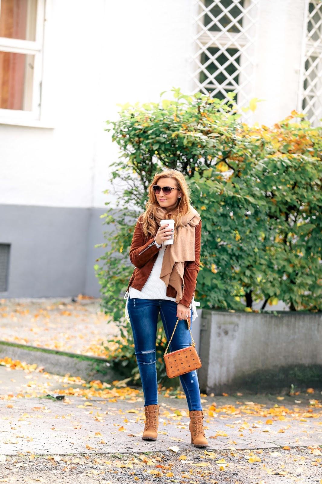 Braune-lederjacke-Fashionstylebyjohanna-blogger-Frankfurt-deutschlandfashionblog-outfit-ootd-Boots-zum-schnüren-hmtrend-beige-altrosa-oversize-cardigan-khaki-jeans-MCM-Tasch