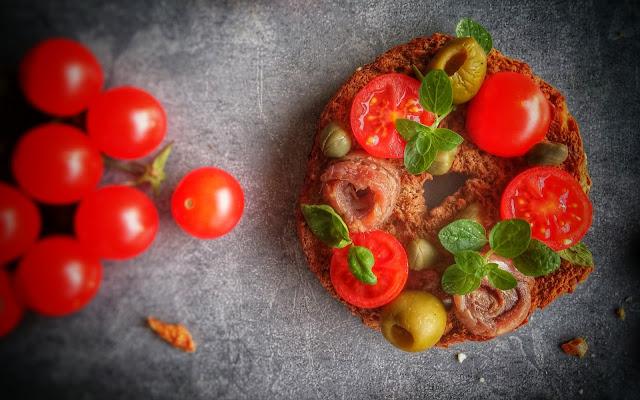 frisella con pomodori acciughe capperi e olive