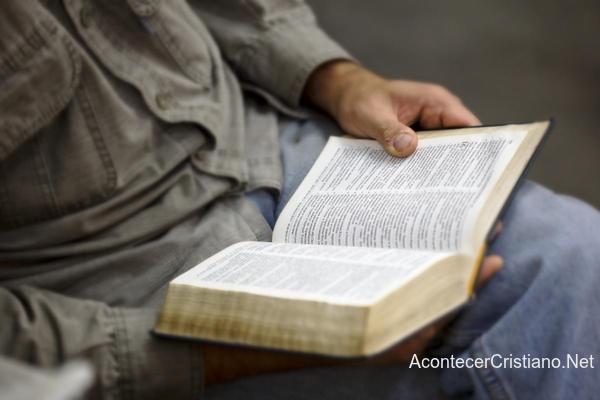 Hombre leyendo Biblia