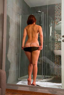 Рыженькая милашка принимает душ