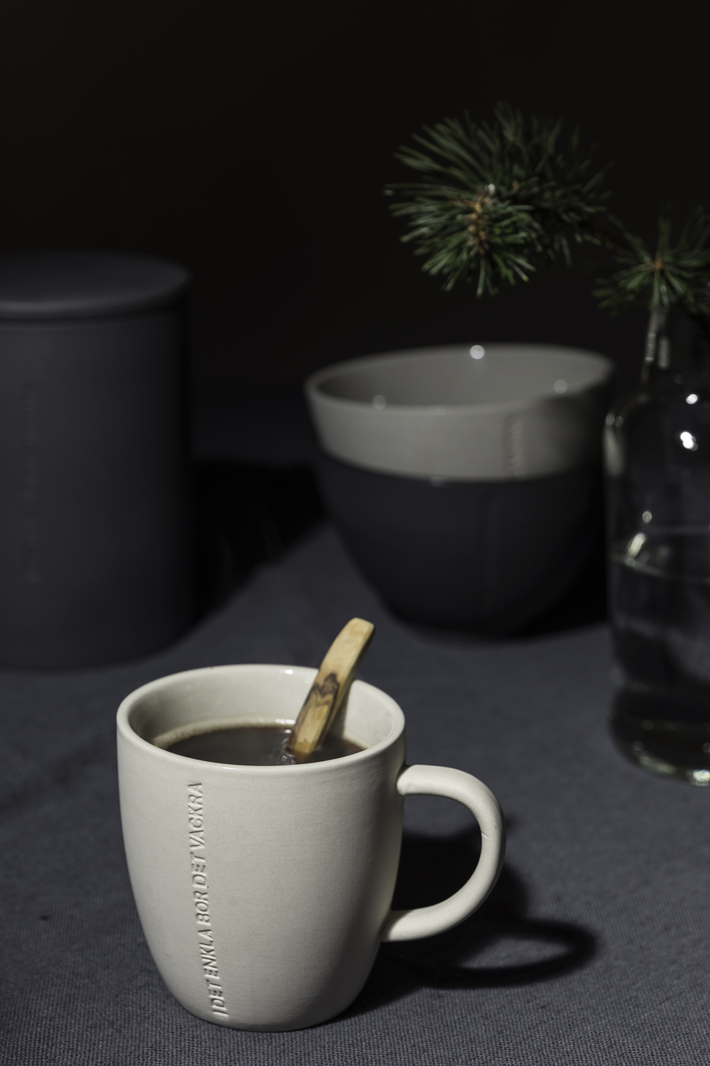 Ernst, Sweden, scandinavian design, kitchen, nordic home, Visualaddict, photography, valokuvaaja, Frida Steiner, dark, tablemood, tablescape, linen, ceramics, keramiikka, keittiö, kattaus, table setting, dinner, Christmas, coffee