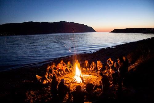 Aktifitas paling menyenangkan saat di pantai : membuat api unggun