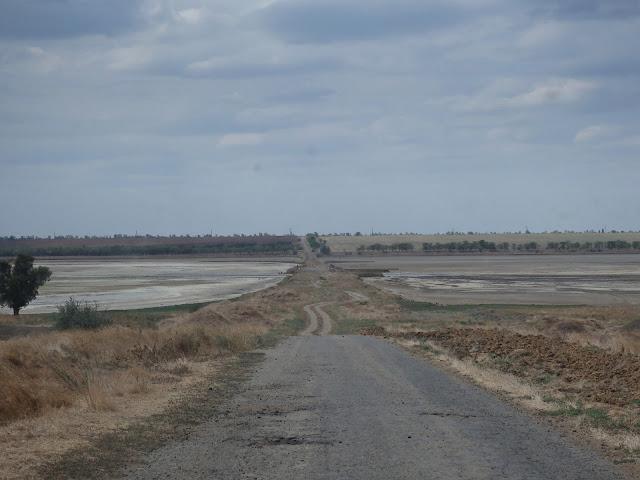 Na jednej z dróg nad morzem nagle kończy się asfalt...